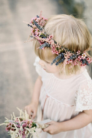 Tocados y coronas de flores para las niñas.
