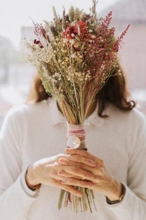 Pequeñas medallas para atar al ramo de novia, una idea tan bonita como especial.