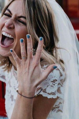 Querida novia: ¿Quién dice que la manicura de tu boda tiene que ser francesa? Por qué no ¿azul?