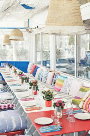 E hicimos del martes un domingo: una colorida fiesta informal con brunch mediterráneo.