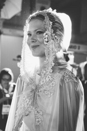 Plántate ante el mal tiempo en la boda con los chubasqueros para novias de Isabel Zapardiez.