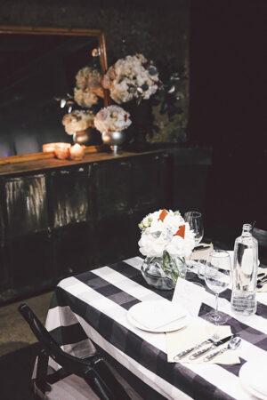 De cena con Pronovias, o como disfrutar con amigas de una mesa informal con mantel de cuadros vichy.