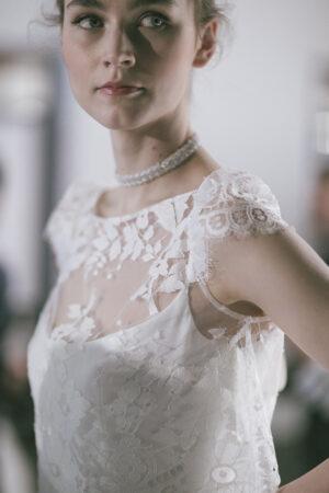 Las modas que vuelven y se adaptan a las novias: el collar choker y el fular al cuello.