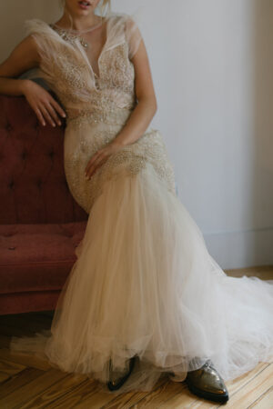 La novia del vestido dorado y zapatos planos #editorialBardot