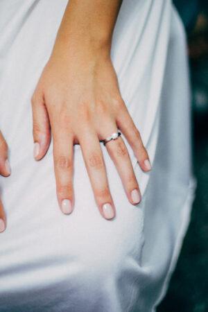 La perfecta manicura clásica para novias.