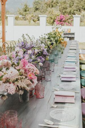 La mesa de decoración arcoíris de Eventos Dani García que nos ha enamorado.