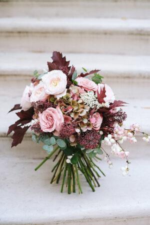 Color y variedad, señas de los ramos de novia de Bourguignon para las bodas de otoño e invierno.