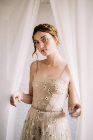 Un look de invitada de boda naíf y romántico con este vestido de Santos Costura.