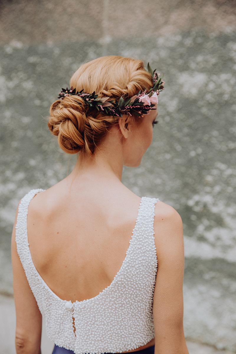 Ideas de peinados y tocados de flores para novias e invitadas de boda