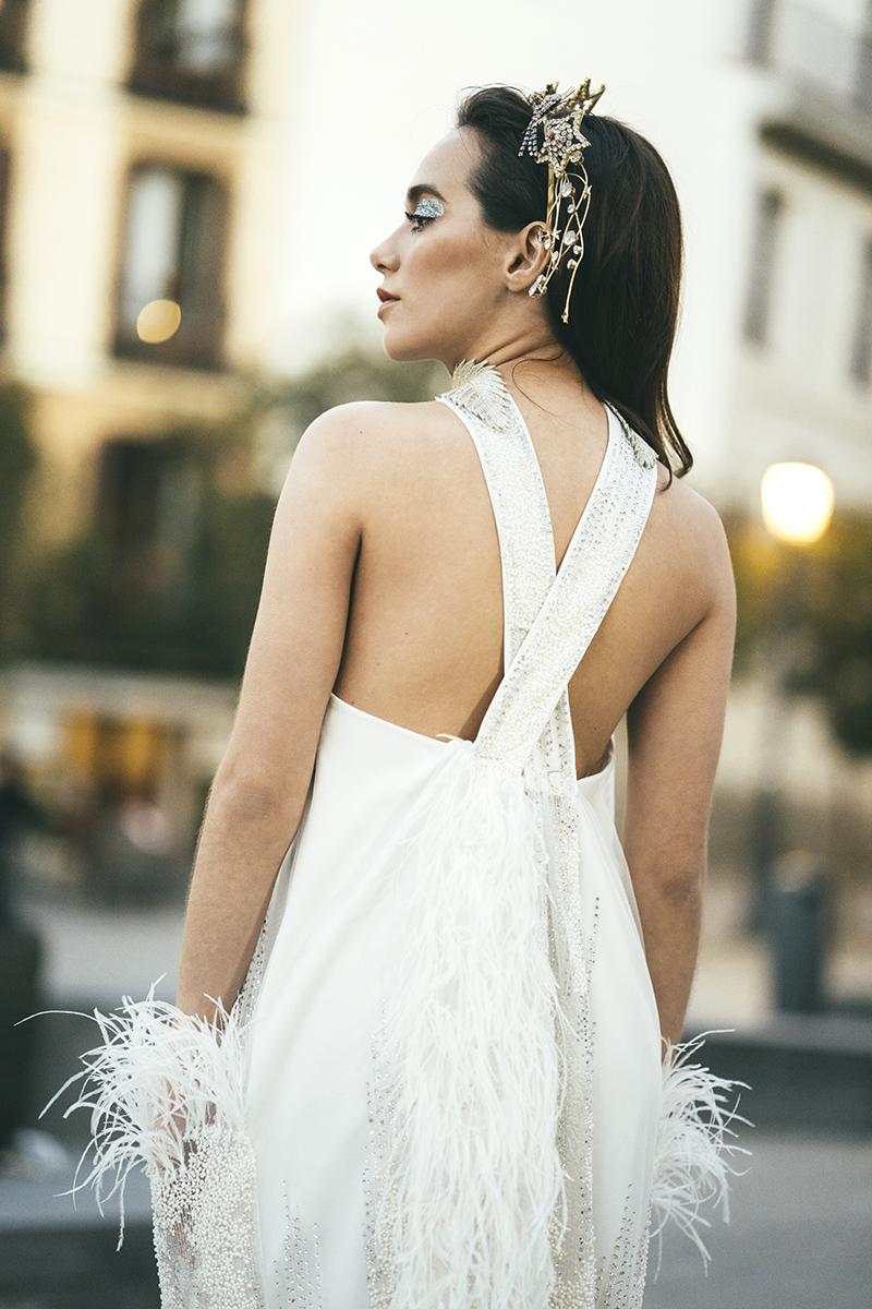 Ideas para novias: bridal look con plumas y estrellas.