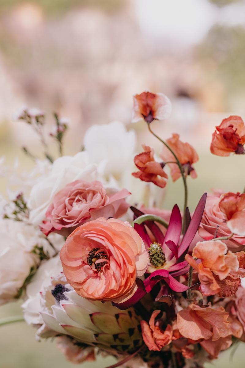 Ramo de novia en tonos coral y naranja