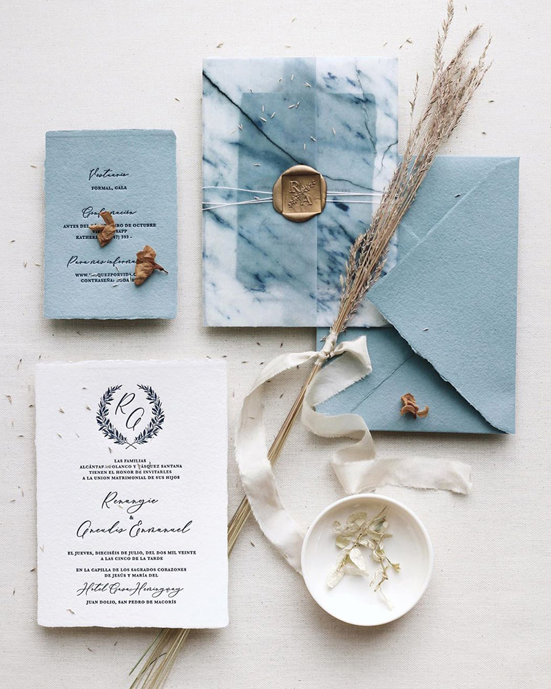 Invitaciones y papelería de boda diferentes.