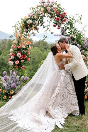 8 estilos en arcos de flores para ceremonias al aire libre y un «Si quiero» de película.