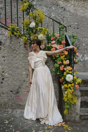 Una instalación floral urbana como 'backdrop' para esta novia chic con vestido de Castellar Granados.
