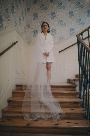«Sí quiero» con vestido de novia tipo blazer, la prensa revelación de la temporada.